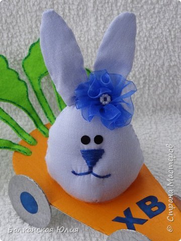 Идею я взяла от сюда http://stranamasterov.ru/node/184767?c=favorite Морковка и колёса из картона-покрашены акриловой краской. Ботва из фетра. фото 2