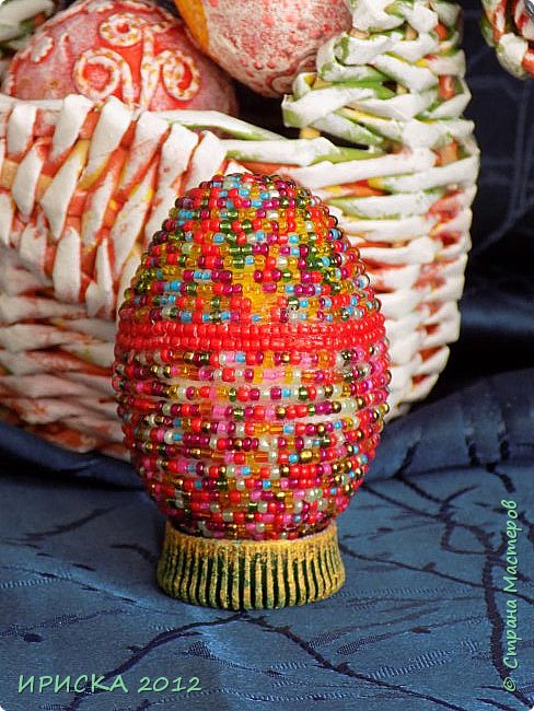 Христос Воскресе!!! Со Светлым праздником Пасхи!!!  Есть писанки - росписные пасхальные яица, есть крашенки - покрашенные разными красителями и в разных интересных техниках. А мои сувенирные яица украшены в технике пейп-арт, здесь Танюша Сорокина показывала как это красиво сделать   http://stranamasterov.ru/node/1088999 фото 21