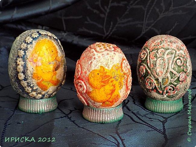 Христос Воскресе!!! Со Светлым праздником Пасхи!!!  Есть писанки - росписные пасхальные яица, есть крашенки - покрашенные разными красителями и в разных интересных техниках. А мои сувенирные яица украшены в технике пейп-арт, здесь Танюша Сорокина показывала как это красиво сделать   http://stranamasterov.ru/node/1088999 фото 6