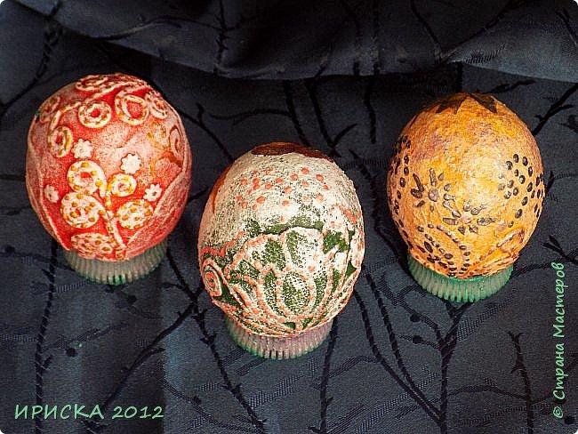 Христос Воскресе!!! Со Светлым праздником Пасхи!!!  Есть писанки - росписные пасхальные яица, есть крашенки - покрашенные разными красителями и в разных интересных техниках. А мои сувенирные яица украшены в технике пейп-арт, здесь Танюша Сорокина показывала как это красиво сделать   http://stranamasterov.ru/node/1088999 фото 11