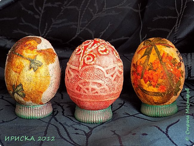 Христос Воскресе!!! Со Светлым праздником Пасхи!!!  Есть писанки - росписные пасхальные яица, есть крашенки - покрашенные разными красителями и в разных интересных техниках. А мои сувенирные яица украшены в технике пейп-арт, здесь Танюша Сорокина показывала как это красиво сделать   http://stranamasterov.ru/node/1088999 фото 12