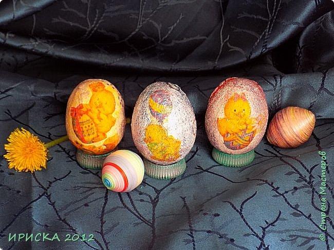 Христос Воскресе!!! Со Светлым праздником Пасхи!!!  Есть писанки - росписные пасхальные яица, есть крашенки - покрашенные разными красителями и в разных интересных техниках. А мои сувенирные яица украшены в технике пейп-арт, здесь Танюша Сорокина показывала как это красиво сделать   http://stranamasterov.ru/node/1088999 фото 16