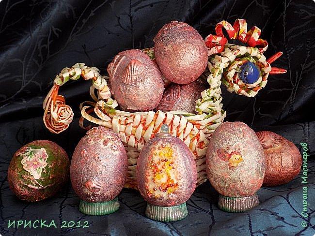 Христос Воскресе!!! Со Светлым праздником Пасхи!!!  Есть писанки - росписные пасхальные яица, есть крашенки - покрашенные разными красителями и в разных интересных техниках. А мои сувенирные яица украшены в технике пейп-арт, здесь Танюша Сорокина показывала как это красиво сделать   http://stranamasterov.ru/node/1088999 фото 25