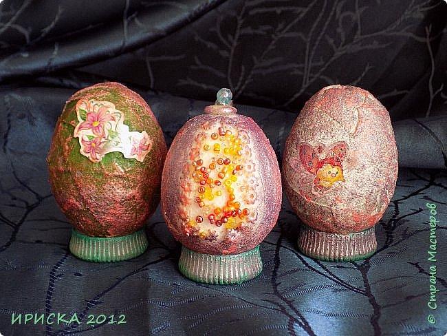 Христос Воскресе!!! Со Светлым праздником Пасхи!!!  Есть писанки - росписные пасхальные яица, есть крашенки - покрашенные разными красителями и в разных интересных техниках. А мои сувенирные яица украшены в технике пейп-арт, здесь Танюша Сорокина показывала как это красиво сделать   http://stranamasterov.ru/node/1088999 фото 26