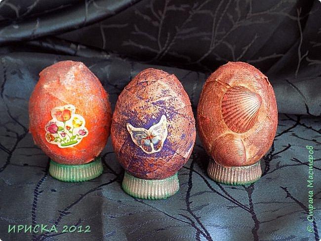 Христос Воскресе!!! Со Светлым праздником Пасхи!!!  Есть писанки - росписные пасхальные яица, есть крашенки - покрашенные разными красителями и в разных интересных техниках. А мои сувенирные яица украшены в технике пейп-арт, здесь Танюша Сорокина показывала как это красиво сделать   http://stranamasterov.ru/node/1088999 фото 27
