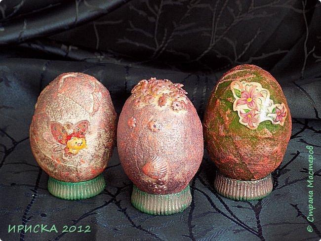 Христос Воскресе!!! Со Светлым праздником Пасхи!!!  Есть писанки - росписные пасхальные яица, есть крашенки - покрашенные разными красителями и в разных интересных техниках. А мои сувенирные яица украшены в технике пейп-арт, здесь Танюша Сорокина показывала как это красиво сделать   http://stranamasterov.ru/node/1088999 фото 29