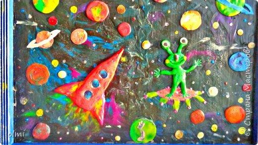 """Здравствуйте! Любовь к пластилину - не случайно я назвала так эту запись. Мое увлечение поделками началось именно с пластилина. Когда Мише исполнилось 2 года, ему дали пластилин. Я стала ему показывать, как лепить фигурки, и ... увлеклась. С тех пор много воды утекло, много разных материалов перепробовано, но к пластилину возвращаюсь периодически. Картинки на первых фото я делала """"под настроение"""" года полтора назад. Сфотографировать нашла время только сейчас.  фото 25"""
