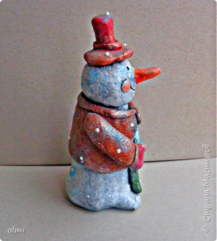 """Здравствуйте! Любовь к пластилину - не случайно я назвала так эту запись. Мое увлечение поделками началось именно с пластилина. Когда Мише исполнилось 2 года, ему дали пластилин. Я стала ему показывать, как лепить фигурки, и ... увлеклась. С тех пор много воды утекло, много разных материалов перепробовано, но к пластилину возвращаюсь периодически. Картинки на первых фото я делала """"под настроение"""" года полтора назад. Сфотографировать нашла время только сейчас.  фото 19"""