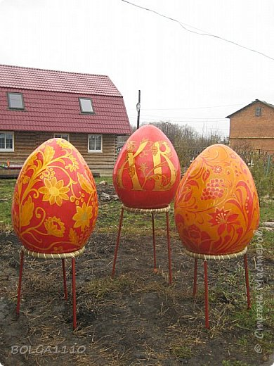 Хочу поделится результатом своей подготовки к празднику Пасхи. Вот такие 1метровые яйца для клумбы возле  храма, из папье маше ,получились.Я их утяжелила гипсом,они получились как неваляшки если поставить на землю то сразу встают в вертикальное положение.Ну это чтоб ветром не унесло ,ведь яйцо не привяжешь))) фото 1
