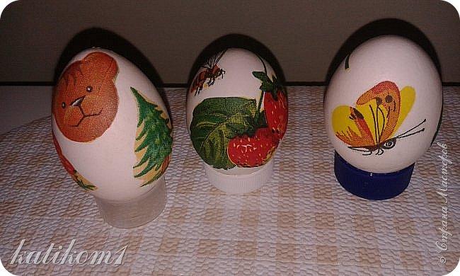 Для оформления яиц использовала технику декупаж, бумажными салфетками. Вместо клея и лака использовала пищевой  желатин. Приготовить его по  инструкции написанной на упаковке. Дать остыть и можно клеить.  фото 3
