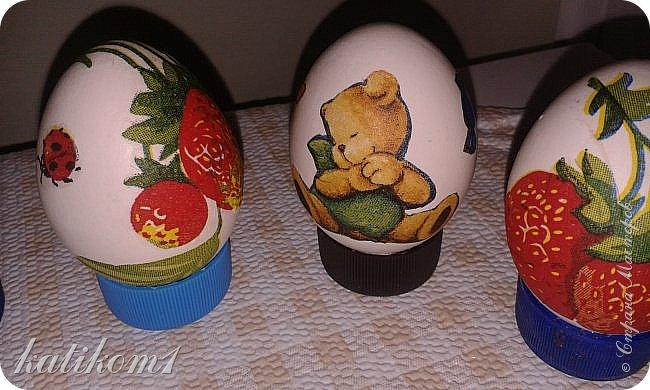 Для оформления яиц использовала технику декупаж, бумажными салфетками. Вместо клея и лака использовала пищевой  желатин. Приготовить его по  инструкции написанной на упаковке. Дать остыть и можно клеить.  фото 4