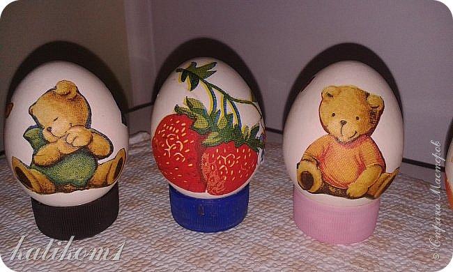 Для оформления яиц использовала технику декупаж, бумажными салфетками. Вместо клея и лака использовала пищевой  желатин. Приготовить его по  инструкции написанной на упаковке. Дать остыть и можно клеить.  фото 5