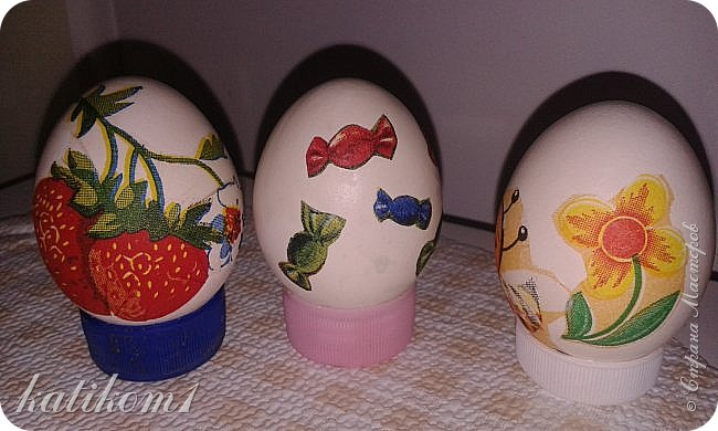 Для оформления яиц использовала технику декупаж, бумажными салфетками. Вместо клея и лака использовала пищевой  желатин. Приготовить его по  инструкции написанной на упаковке. Дать остыть и можно клеить.  фото 10