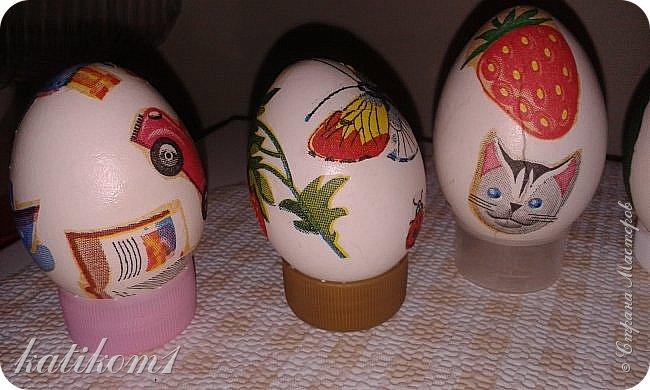 Для оформления яиц использовала технику декупаж, бумажными салфетками. Вместо клея и лака использовала пищевой  желатин. Приготовить его по  инструкции написанной на упаковке. Дать остыть и можно клеить.  фото 9