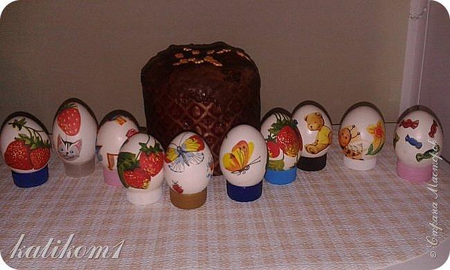 Для оформления яиц использовала технику декупаж, бумажными салфетками. Вместо клея и лака использовала пищевой  желатин. Приготовить его по  инструкции написанной на упаковке. Дать остыть и можно клеить.  фото 1