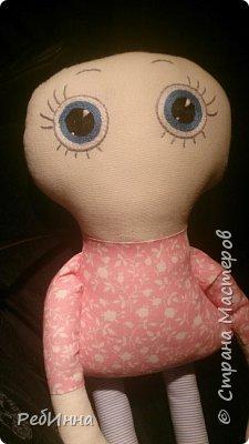 Такую Куклу сшила для маленькой девочки на двухлетие. В интернете очень много игровых кукол со съёмной одеждой,  но у меня получилась своя собственная.  Лицо вышито, волосы - пряжа, косички можно заплетать-расплетать,  расчесывать только нельзя. Кофточка, юбочка и ботинки снимаются.  фото 2