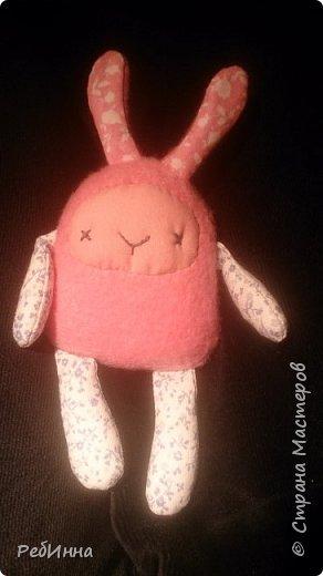 Такую Куклу сшила для маленькой девочки на двухлетие. В интернете очень много игровых кукол со съёмной одеждой,  но у меня получилась своя собственная.  Лицо вышито, волосы - пряжа, косички можно заплетать-расплетать,  расчесывать только нельзя. Кофточка, юбочка и ботинки снимаются.  фото 3