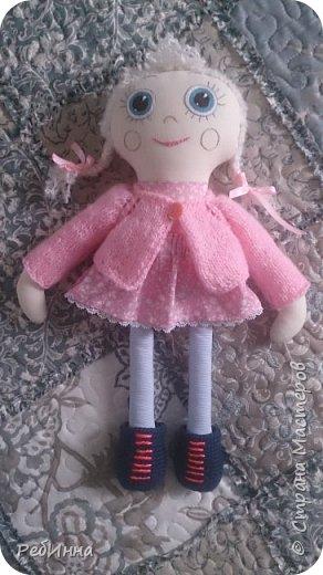 Такую Куклу сшила для маленькой девочки на двухлетие. В интернете очень много игровых кукол со съёмной одеждой,  но у меня получилась своя собственная.  Лицо вышито, волосы - пряжа, косички можно заплетать-расплетать,  расчесывать только нельзя. Кофточка, юбочка и ботинки снимаются.  фото 1