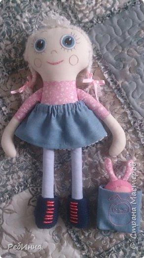 Такую Куклу сшила для маленькой девочки на двухлетие. В интернете очень много игровых кукол со съёмной одеждой,  но у меня получилась своя собственная.  Лицо вышито, волосы - пряжа, косички можно заплетать-расплетать,  расчесывать только нельзя. Кофточка, юбочка и ботинки снимаются.  фото 4