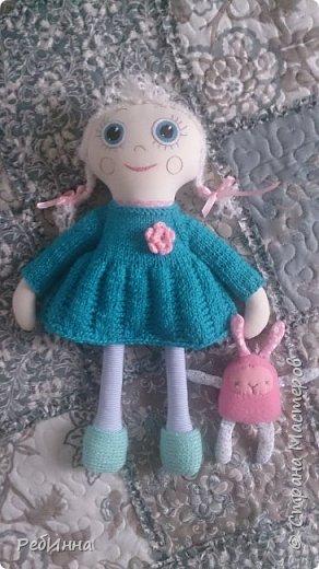 Такую Куклу сшила для маленькой девочки на двухлетие. В интернете очень много игровых кукол со съёмной одеждой,  но у меня получилась своя собственная.  Лицо вышито, волосы - пряжа, косички можно заплетать-расплетать,  расчесывать только нельзя. Кофточка, юбочка и ботинки снимаются.  фото 5