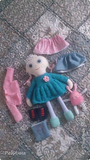 Такую Куклу сшила для маленькой девочки на двухлетие. В интернете очень много игровых кукол со съёмной одеждой,  но у меня получилась своя собственная.  Лицо вышито, волосы - пряжа, косички можно заплетать-расплетать,  расчесывать только нельзя. Кофточка, юбочка и ботинки снимаются.  фото 6