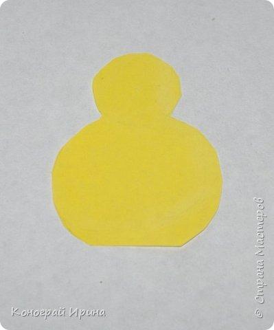 Для работы понадобится: белый картон (можно цветной), цветная бумага (жёлтая, зелёная, белая), краски, кисточка, ножницы (фигурные и обычные), фломастеры (или карандаши/маркеры), степлер. фото 3