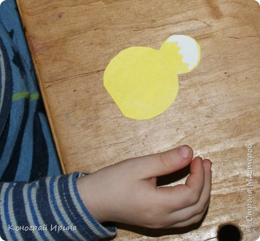 Для работы понадобится: белый картон (можно цветной), цветная бумага (жёлтая, зелёная, белая), краски, кисточка, ножницы (фигурные и обычные), фломастеры (или карандаши/маркеры), степлер. фото 5