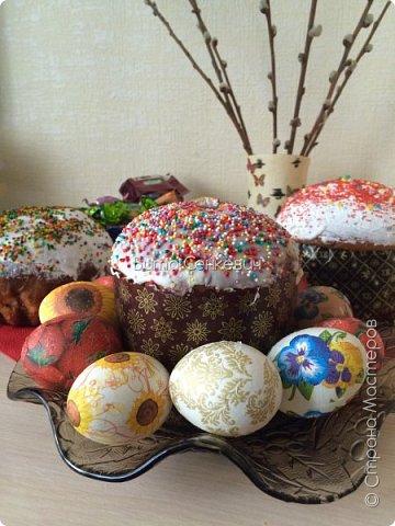 """Сегодня выкладываю свой первый мастер класс и впервые работаю в такой технике, как декупаж. Техника очень интересная, работа очень кропотливая и долгая, но результат - красивые и необычные пасхальные яйца! И так, нам понадобится: Сами яйца - обычные куриные, которые вы будете кушать или сувенирные основы из дерева, пенопласта. Салфетки (можно обыкновенные, а можно и специальные декоративные, но они, конечно, обойдутся вам недёшево) Собственно клей, на который вы и будете наклеивать ваши салфетки на яйца. Обычный клей ПВА подойдет для сувенирного яйца, не предназначенного для употребления в пищу. А вот для """"съедобного"""" яйца я использовала яичный белок (просто отделила желток от него) Для удобства необходима ёмкость для клея, кисточка и подставка (у меня это решетка для микроволновки, также можно использовать колечки-подставки из картона или маленькие рюмочки) фото 6"""