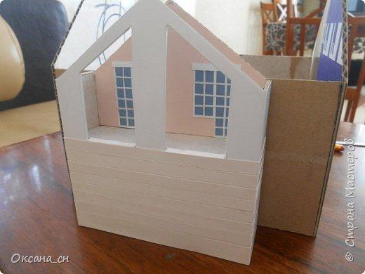 Дорогие мастера, хочу предложить небольшой МК по изготовлению макета загородного дома. Жилой дом изготовлен из картона и представляет собой двухэтажный дом с балконом, террасой, зимним садом, гаражом и выходами с двух сторон. Проект дома я взяла здесь: http://piterplan.ru/projects-of-the-houses-from-concrete/projects-2-floors/4643-nadejda-123pp.html Чтобы изготовить макет загородного жилого дома нам необходимо иметь: лист ДВП размером 45 х 32 см, толстый картон из ящиков, белый картон, двустороннюю бумагу вишневого и сине-серого цветов, распечатанные фактуры камня на фундамент, брусчатки, плитки на террасу, черепицы на крышу, водоэмульсионную краску розового цвета, канцелярский нож, клей «Титан», линейка, карандаш. Можно приступать к работе... фото 3