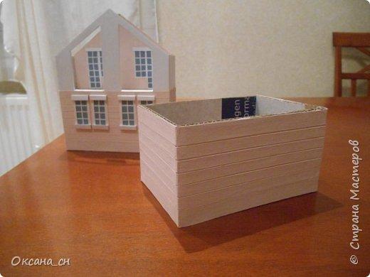 Дорогие мастера, хочу предложить небольшой МК по изготовлению макета загородного дома. Жилой дом изготовлен из картона и представляет собой двухэтажный дом с балконом, террасой, зимним садом, гаражом и выходами с двух сторон. Проект дома я взяла здесь: http://piterplan.ru/projects-of-the-houses-from-concrete/projects-2-floors/4643-nadejda-123pp.html Чтобы изготовить макет загородного жилого дома нам необходимо иметь: лист ДВП размером 45 х 32 см, толстый картон из ящиков, белый картон, двустороннюю бумагу вишневого и сине-серого цветов, распечатанные фактуры камня на фундамент, брусчатки, плитки на террасу, черепицы на крышу, водоэмульсионную краску розового цвета, канцелярский нож, клей «Титан», линейка, карандаш. Можно приступать к работе... фото 4