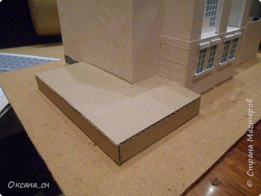 Дорогие мастера, хочу предложить небольшой МК по изготовлению макета загородного дома. Жилой дом изготовлен из картона и представляет собой двухэтажный дом с балконом, террасой, зимним садом, гаражом и выходами с двух сторон. Проект дома я взяла здесь: http://piterplan.ru/projects-of-the-houses-from-concrete/projects-2-floors/4643-nadejda-123pp.html Чтобы изготовить макет загородного жилого дома нам необходимо иметь: лист ДВП размером 45 х 32 см, толстый картон из ящиков, белый картон, двустороннюю бумагу вишневого и сине-серого цветов, распечатанные фактуры камня на фундамент, брусчатки, плитки на террасу, черепицы на крышу, водоэмульсионную краску розового цвета, канцелярский нож, клей «Титан», линейка, карандаш. Можно приступать к работе... фото 7