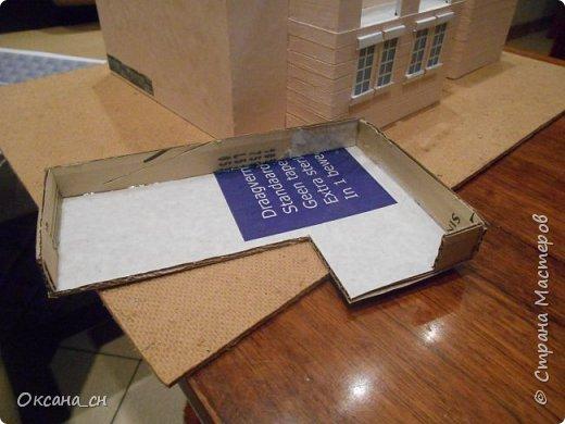 Дорогие мастера, хочу предложить небольшой МК по изготовлению макета загородного дома. Жилой дом изготовлен из картона и представляет собой двухэтажный дом с балконом, террасой, зимним садом, гаражом и выходами с двух сторон. Проект дома я взяла здесь: http://piterplan.ru/projects-of-the-houses-from-concrete/projects-2-floors/4643-nadejda-123pp.html Чтобы изготовить макет загородного жилого дома нам необходимо иметь: лист ДВП размером 45 х 32 см, толстый картон из ящиков, белый картон, двустороннюю бумагу вишневого и сине-серого цветов, распечатанные фактуры камня на фундамент, брусчатки, плитки на террасу, черепицы на крышу, водоэмульсионную краску розового цвета, канцелярский нож, клей «Титан», линейка, карандаш. Можно приступать к работе... фото 6