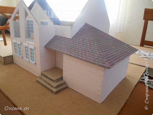 Дорогие мастера, хочу предложить небольшой МК по изготовлению макета загородного дома. Жилой дом изготовлен из картона и представляет собой двухэтажный дом с балконом, террасой, зимним садом, гаражом и выходами с двух сторон. Проект дома я взяла здесь: http://piterplan.ru/projects-of-the-houses-from-concrete/projects-2-floors/4643-nadejda-123pp.html Чтобы изготовить макет загородного жилого дома нам необходимо иметь: лист ДВП размером 45 х 32 см, толстый картон из ящиков, белый картон, двустороннюю бумагу вишневого и сине-серого цветов, распечатанные фактуры камня на фундамент, брусчатки, плитки на террасу, черепицы на крышу, водоэмульсионную краску розового цвета, канцелярский нож, клей «Титан», линейка, карандаш. Можно приступать к работе... фото 10