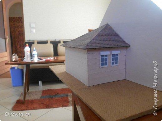 Дорогие мастера, хочу предложить небольшой МК по изготовлению макета загородного дома. Жилой дом изготовлен из картона и представляет собой двухэтажный дом с балконом, террасой, зимним садом, гаражом и выходами с двух сторон. Проект дома я взяла здесь: http://piterplan.ru/projects-of-the-houses-from-concrete/projects-2-floors/4643-nadejda-123pp.html Чтобы изготовить макет загородного жилого дома нам необходимо иметь: лист ДВП размером 45 х 32 см, толстый картон из ящиков, белый картон, двустороннюю бумагу вишневого и сине-серого цветов, распечатанные фактуры камня на фундамент, брусчатки, плитки на террасу, черепицы на крышу, водоэмульсионную краску розового цвета, канцелярский нож, клей «Титан», линейка, карандаш. Можно приступать к работе... фото 11