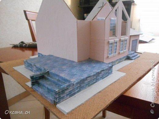 Дорогие мастера, хочу предложить небольшой МК по изготовлению макета загородного дома. Жилой дом изготовлен из картона и представляет собой двухэтажный дом с балконом, террасой, зимним садом, гаражом и выходами с двух сторон. Проект дома я взяла здесь: http://piterplan.ru/projects-of-the-houses-from-concrete/projects-2-floors/4643-nadejda-123pp.html Чтобы изготовить макет загородного жилого дома нам необходимо иметь: лист ДВП размером 45 х 32 см, толстый картон из ящиков, белый картон, двустороннюю бумагу вишневого и сине-серого цветов, распечатанные фактуры камня на фундамент, брусчатки, плитки на террасу, черепицы на крышу, водоэмульсионную краску розового цвета, канцелярский нож, клей «Титан», линейка, карандаш. Можно приступать к работе... фото 9