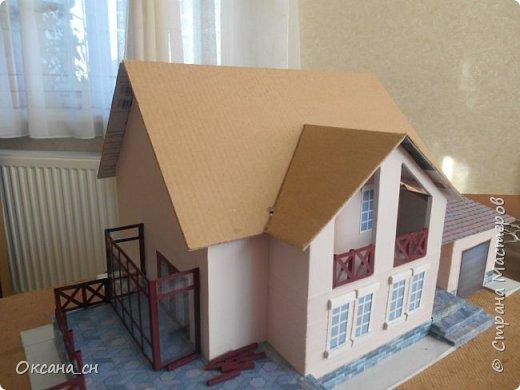 Дорогие мастера, хочу предложить небольшой МК по изготовлению макета загородного дома. Жилой дом изготовлен из картона и представляет собой двухэтажный дом с балконом, террасой, зимним садом, гаражом и выходами с двух сторон. Проект дома я взяла здесь: http://piterplan.ru/projects-of-the-houses-from-concrete/projects-2-floors/4643-nadejda-123pp.html Чтобы изготовить макет загородного жилого дома нам необходимо иметь: лист ДВП размером 45 х 32 см, толстый картон из ящиков, белый картон, двустороннюю бумагу вишневого и сине-серого цветов, распечатанные фактуры камня на фундамент, брусчатки, плитки на террасу, черепицы на крышу, водоэмульсионную краску розового цвета, канцелярский нож, клей «Титан», линейка, карандаш. Можно приступать к работе... фото 15