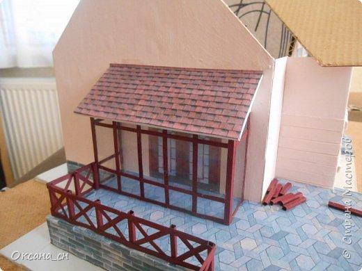 Дорогие мастера, хочу предложить небольшой МК по изготовлению макета загородного дома. Жилой дом изготовлен из картона и представляет собой двухэтажный дом с балконом, террасой, зимним садом, гаражом и выходами с двух сторон. Проект дома я взяла здесь: http://piterplan.ru/projects-of-the-houses-from-concrete/projects-2-floors/4643-nadejda-123pp.html Чтобы изготовить макет загородного жилого дома нам необходимо иметь: лист ДВП размером 45 х 32 см, толстый картон из ящиков, белый картон, двустороннюю бумагу вишневого и сине-серого цветов, распечатанные фактуры камня на фундамент, брусчатки, плитки на террасу, черепицы на крышу, водоэмульсионную краску розового цвета, канцелярский нож, клей «Титан», линейка, карандаш. Можно приступать к работе... фото 14
