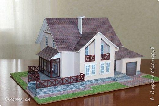Дорогие мастера, хочу предложить небольшой МК по изготовлению макета загородного дома. Жилой дом изготовлен из картона и представляет собой двухэтажный дом с балконом, террасой, зимним садом, гаражом и выходами с двух сторон. Проект дома я взяла здесь: http://piterplan.ru/projects-of-the-houses-from-concrete/projects-2-floors/4643-nadejda-123pp.html Чтобы изготовить макет загородного жилого дома нам необходимо иметь: лист ДВП размером 45 х 32 см, толстый картон из ящиков, белый картон, двустороннюю бумагу вишневого и сине-серого цветов, распечатанные фактуры камня на фундамент, брусчатки, плитки на террасу, черепицы на крышу, водоэмульсионную краску розового цвета, канцелярский нож, клей «Титан», линейка, карандаш. Можно приступать к работе... фото 1