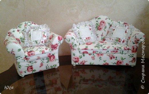 Шикарный комплект мягкой мебели на ножках из полимерной глины и декоративными подушечками. фото 1
