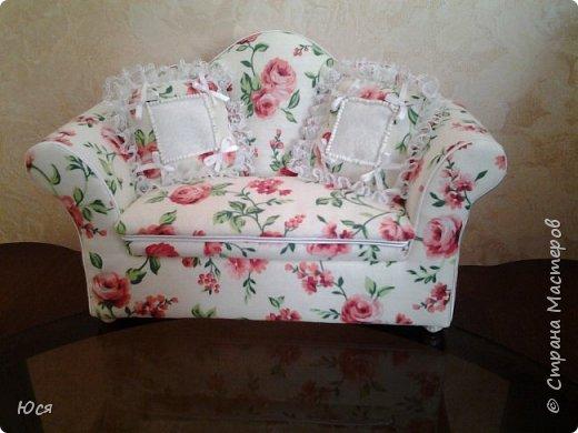 Шикарный комплект мягкой мебели на ножках из полимерной глины и декоративными подушечками. фото 2