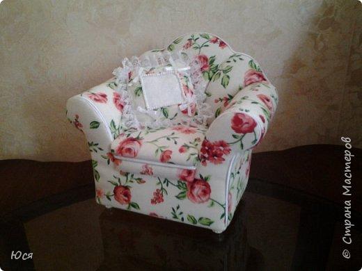 Шикарный комплект мягкой мебели на ножках из полимерной глины и декоративными подушечками. фото 3