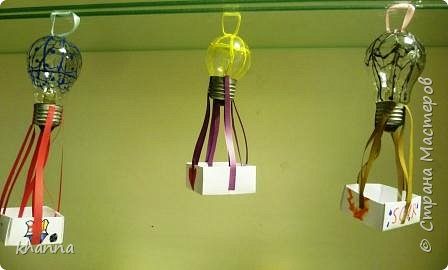 Лампочки раскрасили смесью клея ПВА и гуаши. Корзинки - оригами. фото 1