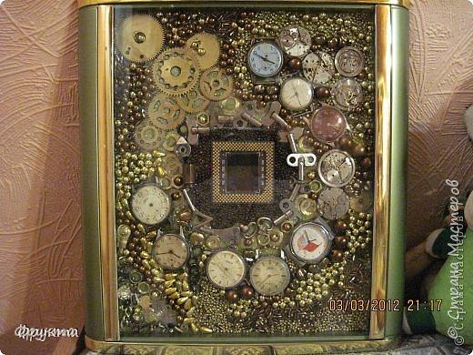 В центре процессор от старого компьютера, думаю, что от Пентиума! Вокруг него блестяшки с бывшей люстры и старые бисерные бусы.  фото 2