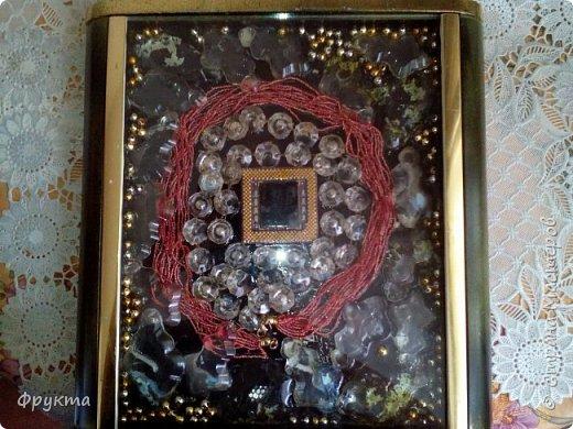 В центре процессор от старого компьютера, думаю, что от Пентиума! Вокруг него блестяшки с бывшей люстры и старые бисерные бусы.  фото 1