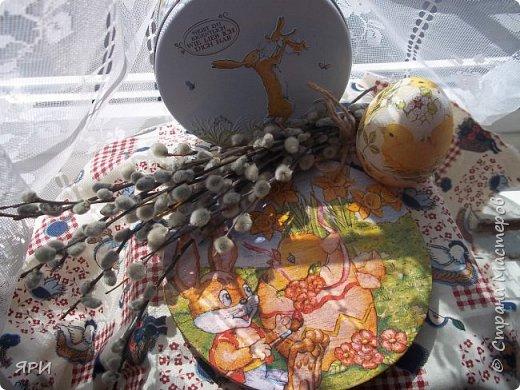 Всем доброго дня, Христос воскресе! С праздником! Вот такой натюрморт получился-декупаж деревянной тарелочки, пластмассового яйца. Веточки вербы освящены в храме в Вербное воскресенье. фото 1