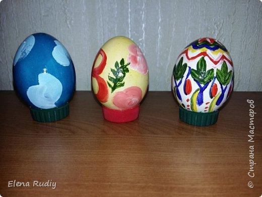 Всех с праздником! !! Покраска вареных яиц пищевыми красителями.  Роспись- гуашь. На белок краска не прошла.  Яйцебой прошел успешно. Победа за белым расписным. фото 3