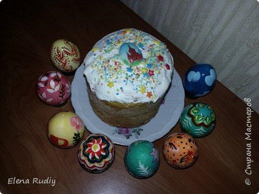 Всех с праздником! !! Покраска вареных яиц пищевыми красителями.  Роспись- гуашь. На белок краска не прошла.  Яйцебой прошел успешно. Победа за белым расписным. фото 4