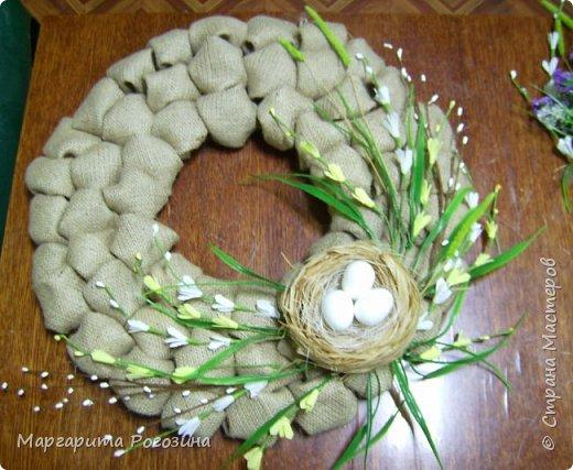 Основа веночка - модули из ткани, наклеенные на картон, растения искусственные, гнездышко свила из рафии и сизаля, яйца пенопластовые. фото 5