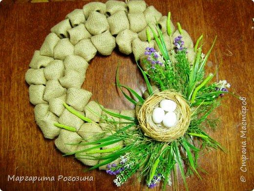 Основа веночка - модули из ткани, наклеенные на картон, растения искусственные, гнездышко свила из рафии и сизаля, яйца пенопластовые. фото 4