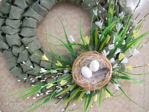 Основа веночка - модули из ткани, наклеенные на картон, растения искусственные, гнездышко свила из рафии и сизаля, яйца пенопластовые. фото 2